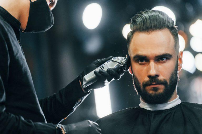 hombre con barba en la barbería negro