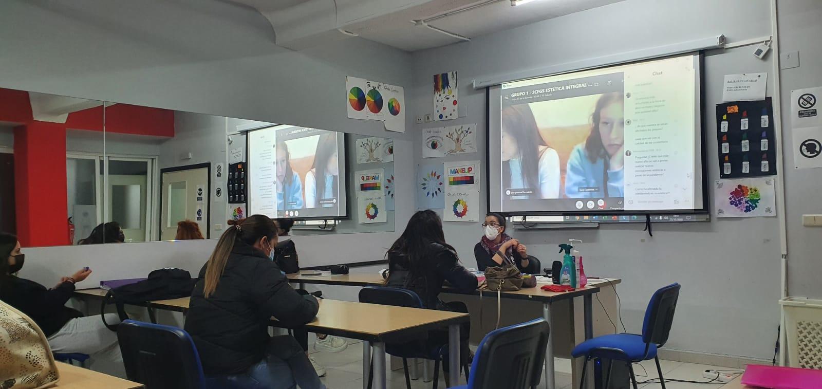 niños en clase con mascarillas covid pandemia academia grupo7