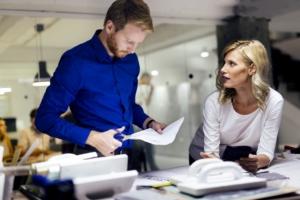 gente trabajando en una oficina dia mundial del periodista