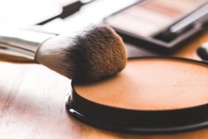 polvos y brocha de maquillaje para hombres