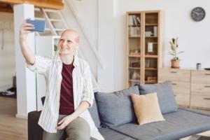 mujer calva por la quimioterapia echándose una selfie