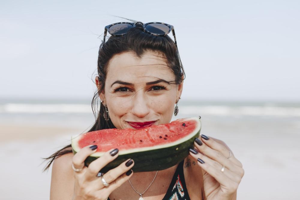 alimentación y belleza mujer comiendo sandia